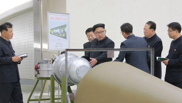 El líder norcoreano, Kim Jong-Un, inspecciona las armas nucleares norcoreanas - Sputnik Mundo