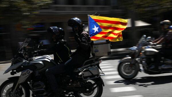 Partidarios del referéndum en Cataluña con Estelada, la bandera separatista - Sputnik Mundo