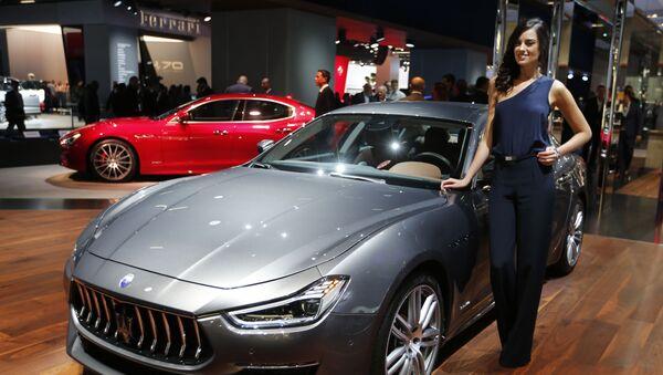 Модель у автомобиля Maserati Ghibli Granlusso на автосалоне во Франкфурте - Sputnik Mundo
