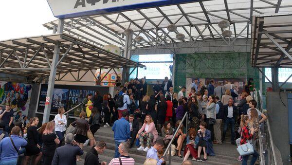 Los evacuados en un centro comercial en Moscú tras una llamada telefónica sobre una supuesta colocación de bomba - Sputnik Mundo