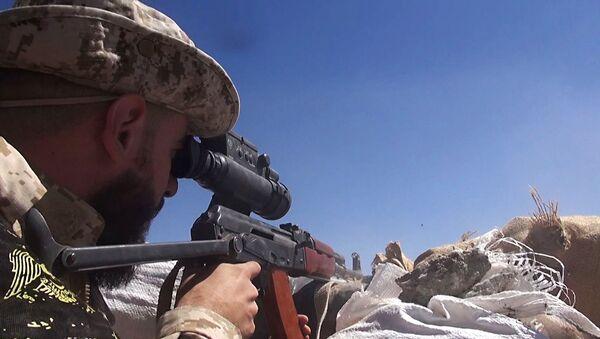 Soldado del Ejército sirio cerca de la base aérea de Deir Ezzor (archivo) - Sputnik Mundo