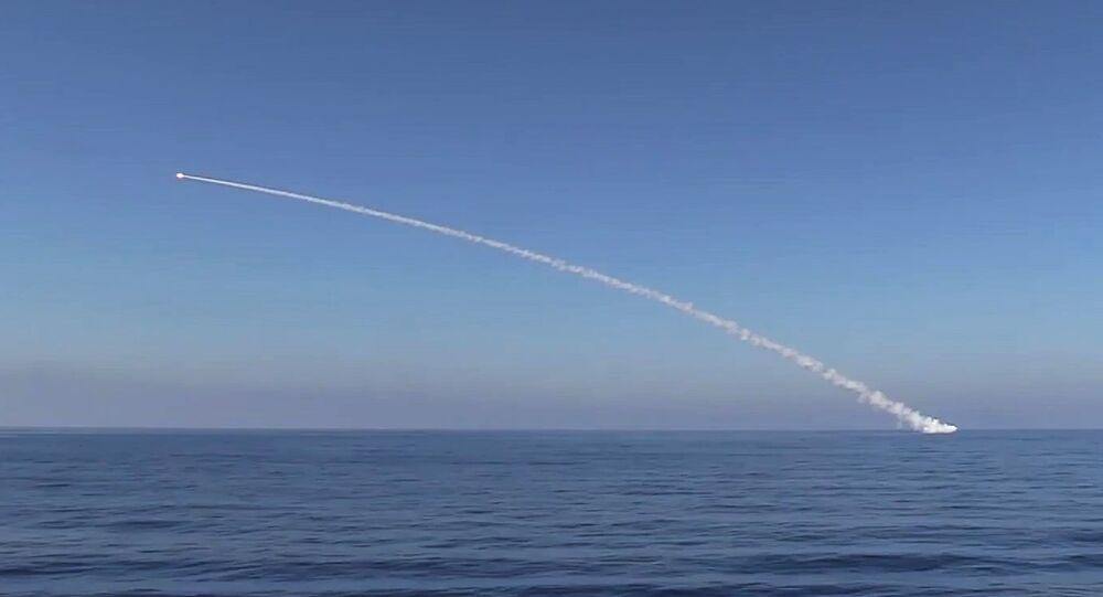 Submarino Krasnodar efectúa el lanzamiento de misiles Kalibr (archivo)