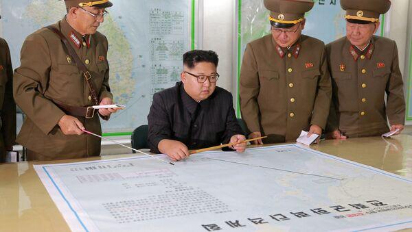 El líder norcoreano Kim Jong-un con un mapa - Sputnik Mundo