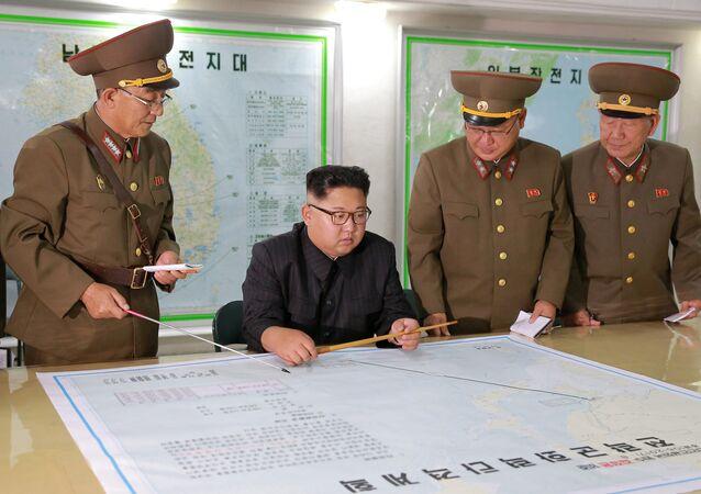 El líder norcoreano Kim Jong-un con un mapa