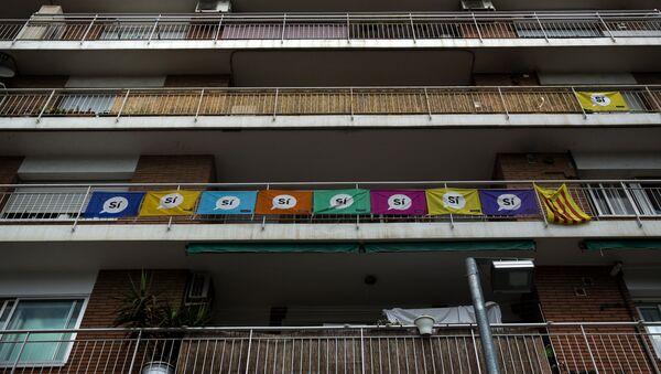 Las banderas con apoyo al referéndum de autodeterminación catalana - Sputnik Mundo