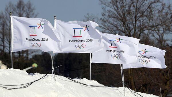 Banderas con el logo de los Juegos Olímpicos de 2018 en Pyeongchang - Sputnik Mundo