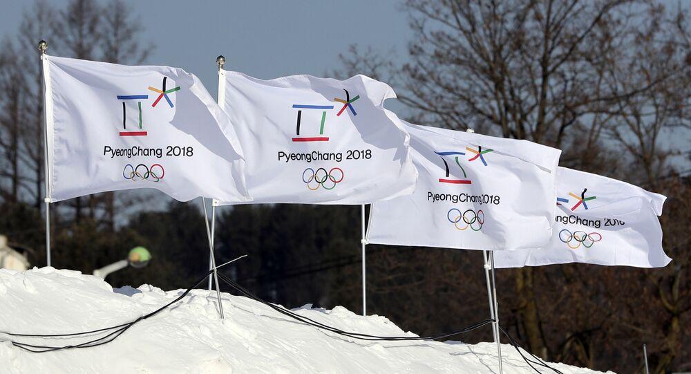 Banderas con el logo de los Juegos Olímpicos de 2018 en Pyeongchang