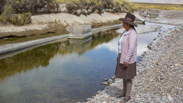 Marleny Surco mirando a su fuente de agua contaminada. Habitante de la comunidad de Espinar - Sputnik Mundo