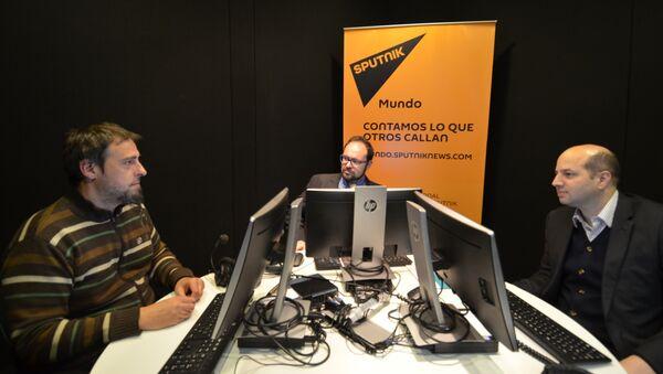 Guilherme Canela (Unesco), al centro, y Gabriel Delpiazzo (Agesic), a la derecha, en los estudios de Sputnik en Montevideo. - Sputnik Mundo