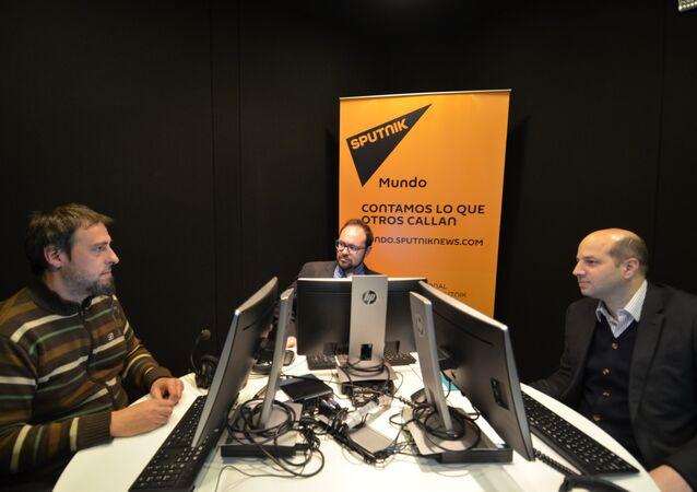 Guilherme Canela (Unesco), al centro, y Gabriel Delpiazzo (Agesic), a la derecha, en los estudios de Sputnik en Montevideo.