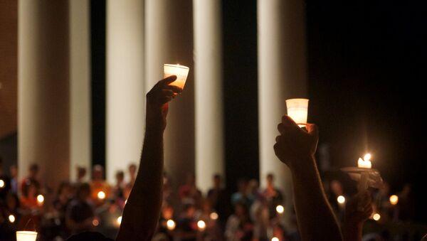Miembros de la comunidad de Charlottesville rinden homenaje a las víctimas de las protestas en Virginia, EEUU - Sputnik Mundo