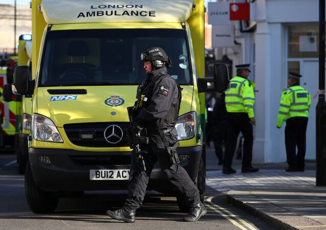 Un policía junto al equipo de emergencia en Londres, el Reino Unido (archivo)