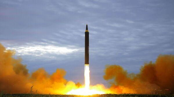 Lanzamiento de un misil por Corea del Norte (archivo) - Sputnik Mundo