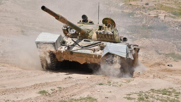 Un tanque sirio T-72 cerca de la ciudad de Deir Ezzor (archivo) - Sputnik Mundo