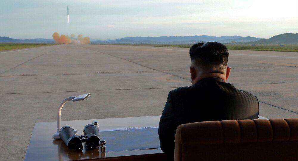 Kim Jong-un, líder de Corea del Norte, observando al lanzamiento de un misil (archivo)