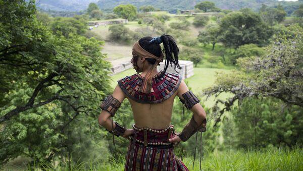 Un hombre ataviado con la vestimenta tradicional maya - Sputnik Mundo