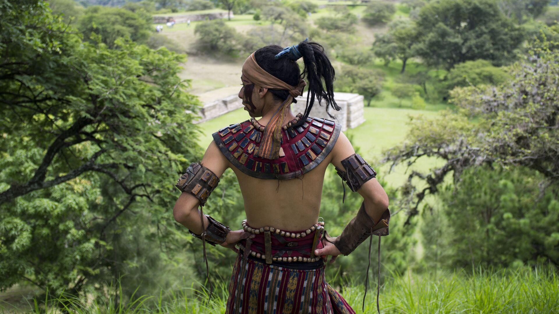 Un hombre ataviado con la vestimenta tradicional maya - Sputnik Mundo, 1920, 02.05.2021