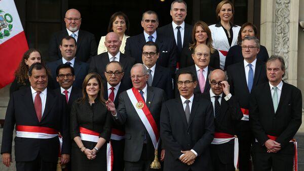 El presidente peruano, Pedro Pablo Kuczynski, junto al nuevo gabinete de ministros del país - Sputnik Mundo