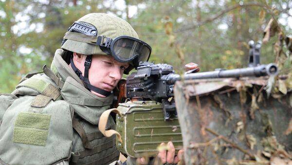 Militar ruso durante los ejercicios militares ruso-bielorrusos Zapad 2017 - Sputnik Mundo