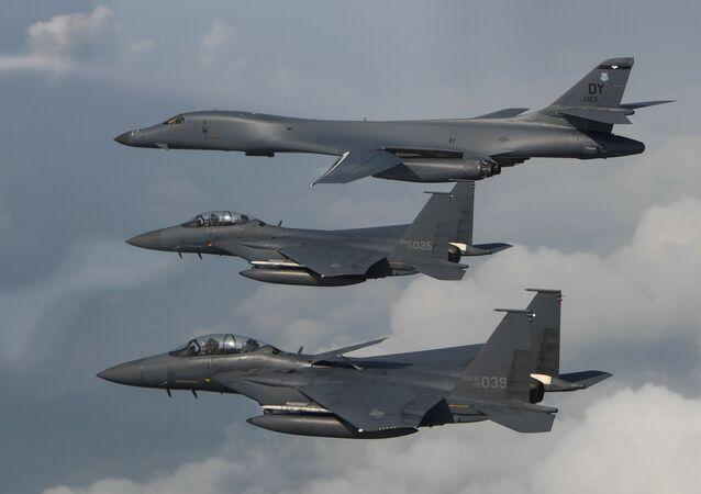 Bombarderos estadounidenses B-1B Lancer y cazas F-15 de Japón