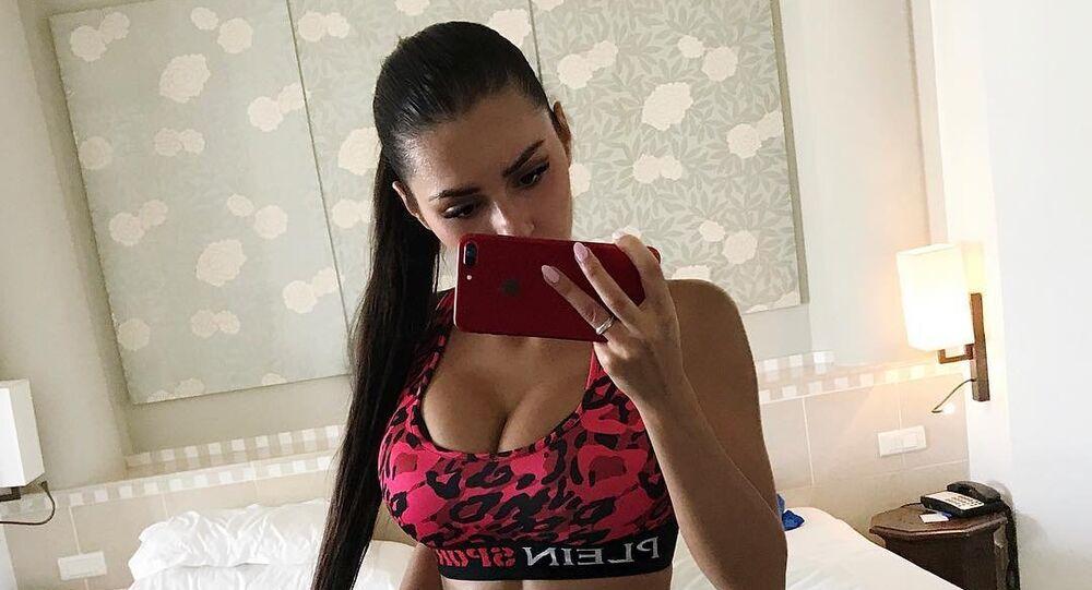 La modelo rusa Helga Lovekaty, sacando una foto para Instagram
