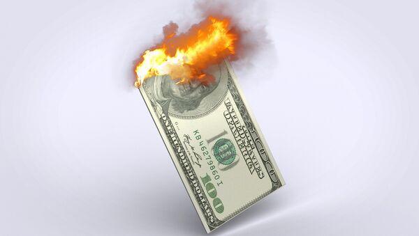 un dólar ardiendo - Sputnik Mundo