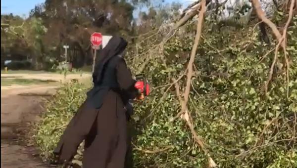 La monja de Miami con una motosierra que ayuda a limpiar la ciudad tras el paso de Irma - Sputnik Mundo