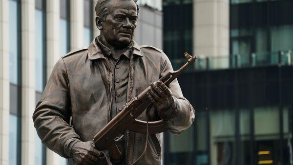 El monumento a Mijaíl Kaláshnikov, creador del fusil de asalto - Sputnik Mundo