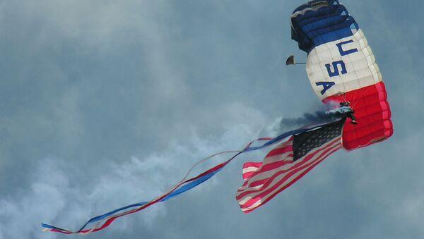 Un paracaidista con la bandera de EEUU - Sputnik Mundo