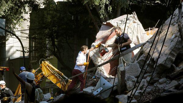 Labores de rescate tras el sismo en México - Sputnik Mundo