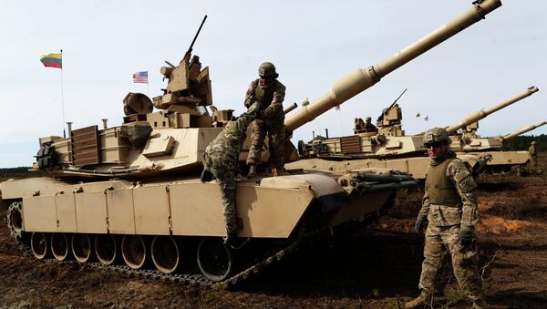 U.S. soldiers from the 2nd Battalion, 1st Brigade Combat Team, 3rd Infantry Division at the M1A2 Abrams battle tank during a military exercise at the Gaiziunu Training Range in Pabrade some 60km.(38 miles) north of the capital Vilnius, Lithuania, Thursday, April 9, 2015 - Sputnik Mundo