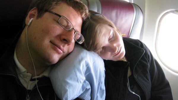 Dos personas durmiendo en el avión - Sputnik Mundo