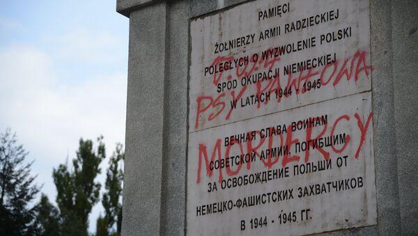 Profanación de uno de los cementerios de los soldados soviéticos en Varsovia - Sputnik Mundo
