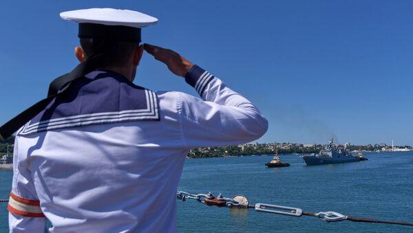 Un marinero ruso saluda la fragata Almirante Essen en Sebastopol, Rusia (archivo) - Sputnik Mundo
