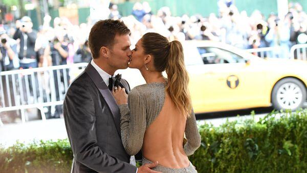 Gisele Bundchen con su marido Tom Brady - Sputnik Mundo