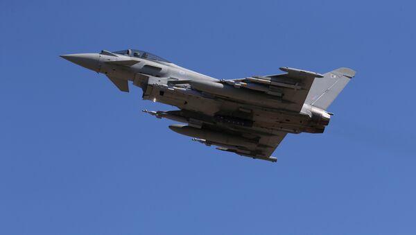 Un caza Typhoon de la Real Fuerza Aérea Británica - Sputnik Mundo