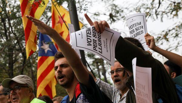 Estudiantes protestan contra la 'mano dura' de la Guardia Civil hacia el Gobierno catalán - Sputnik Mundo