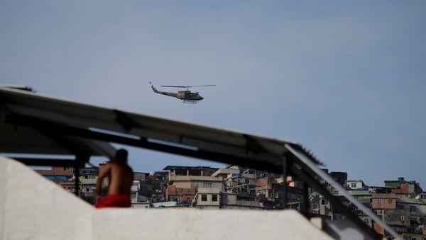 Helicóptero de la Fuerza aérea de Brasil en Rocinha - Sputnik Mundo
