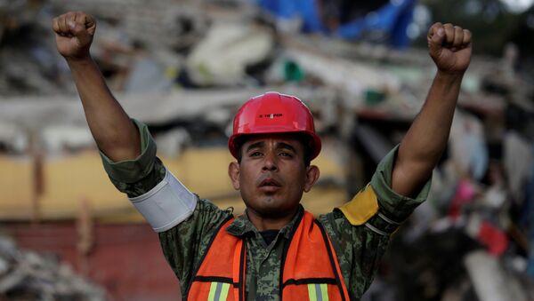 Un soldado mexicano en la Ciudad de México tras un fuerte terremoto - Sputnik Mundo