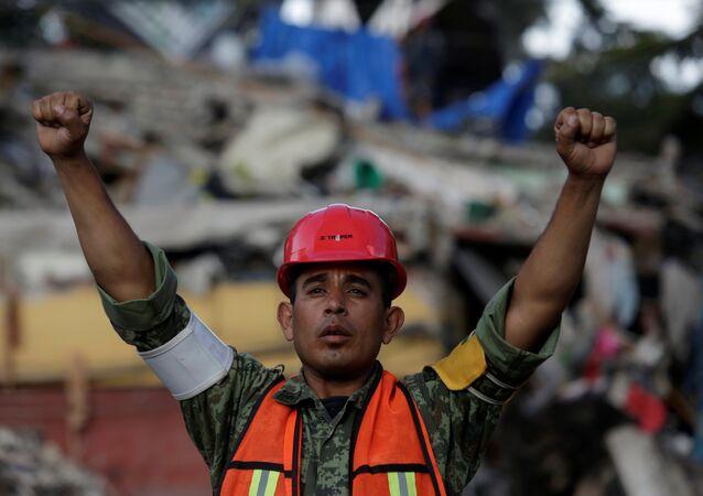 Un soldado mexicano en la Ciudad de México tras el fuerte terremoto