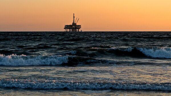 Una plataforma para la extracción de petróleo en el mar (imagen referencial) - Sputnik Mundo