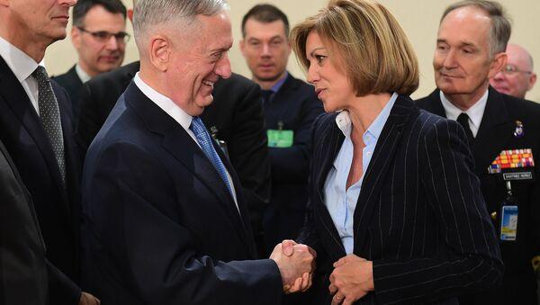 James Mattis, secretario de Defensa de EEUU y la ministra de Defensa de España, María Dolores de Cospedal (archivo) - Sputnik Mundo