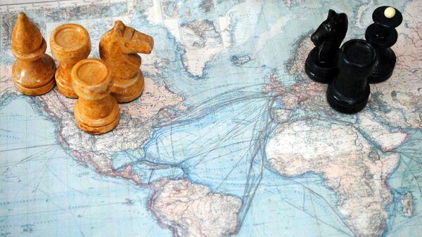 Varias piezas de ajedrez sobre un mapa - Sputnik Mundo