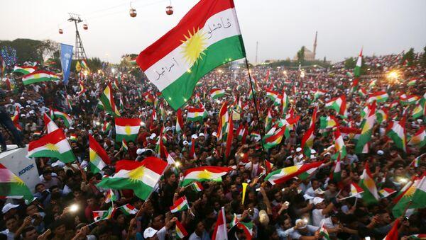 Banderas de Kurdistán en un mitin independentista (archivo) - Sputnik Mundo