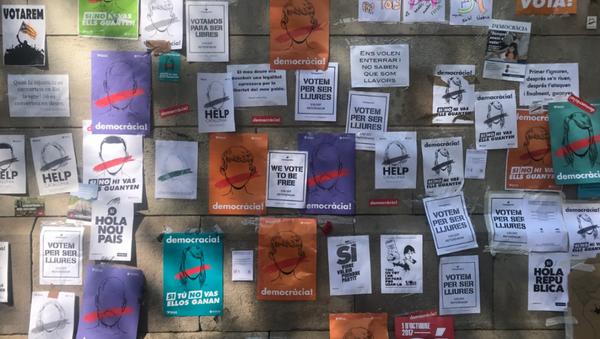 Carteles a favor de la celebración del referéndum catalán - Sputnik Mundo
