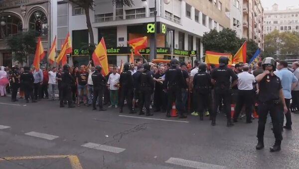 Protestas a favor y en contra del referéndum en Cataluña sacuden Valencia - Sputnik Mundo