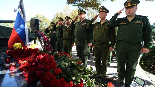 La ofrenda floral al retrato del general teniente ruso Valeri Asápov, fallecido en Siria - Sputnik Mundo