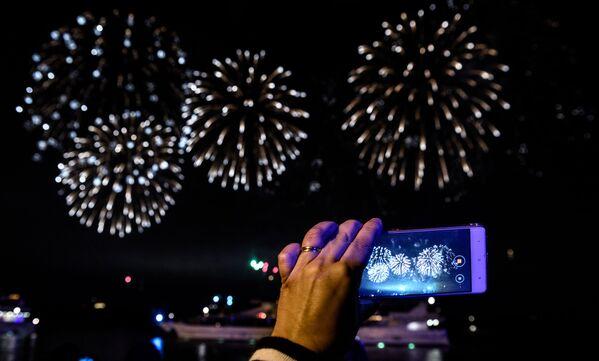 Lluvia de colores en el cielo de Moscú: clausura del festival Círculo de Luz - Sputnik Mundo