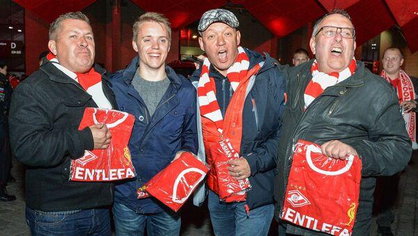 Hinchas del Liverpool reciben regalos de los rusos - Sputnik Mundo