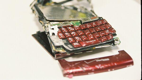 Un smartphone roto - Sputnik Mundo
